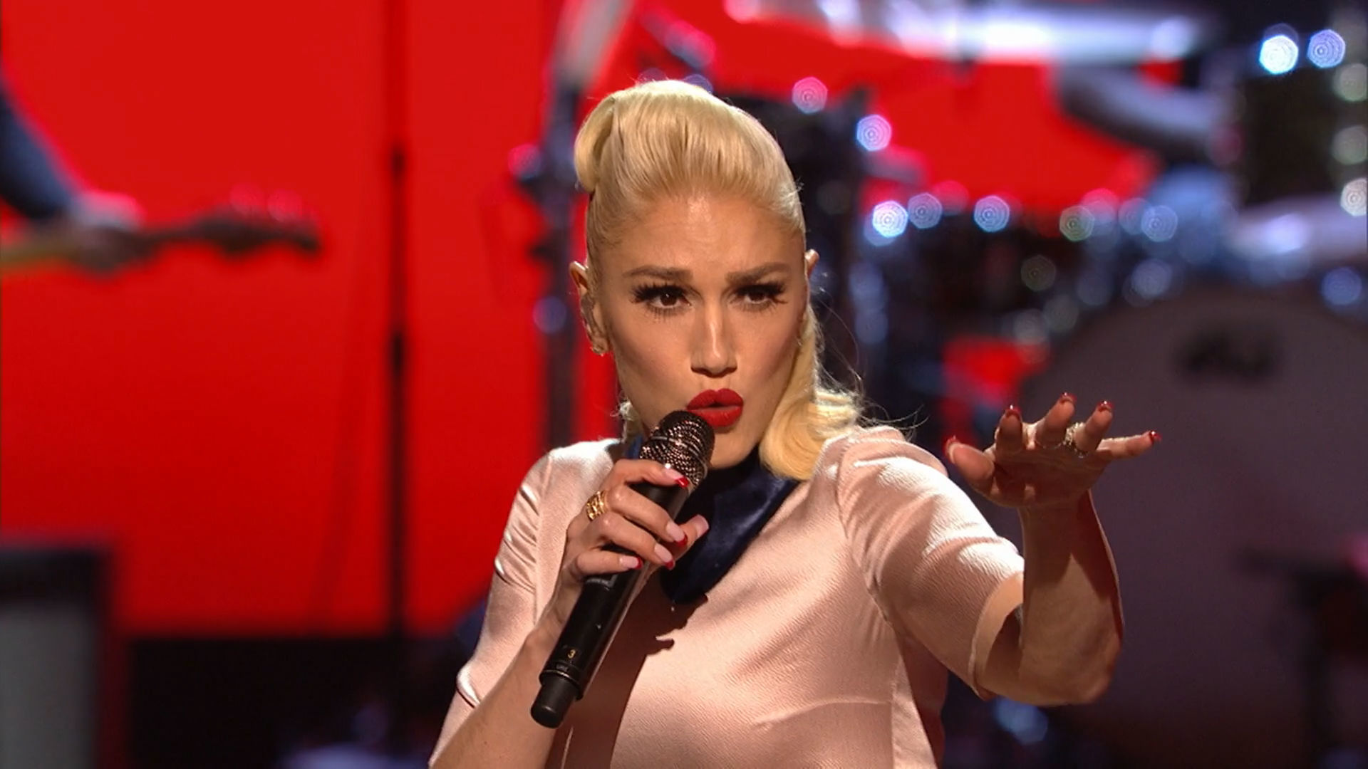 "Gwen Stefani ""Make Me Like You"" at the 2016 RDMA 