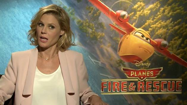Talking Planes with Julie Bowen - Oh My Disney