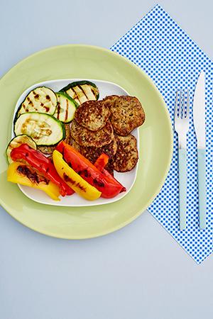 Placuszki z cieciorki z grillowanymi warzywami